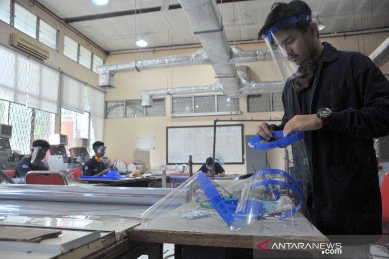 Mahasiswa Politeknik Negeri Sriwijaya memproduksi pelindung wajah