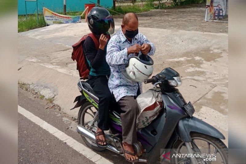Jemaah Masjid Jabal Nur Tamiang Layang bagikan masker gratis