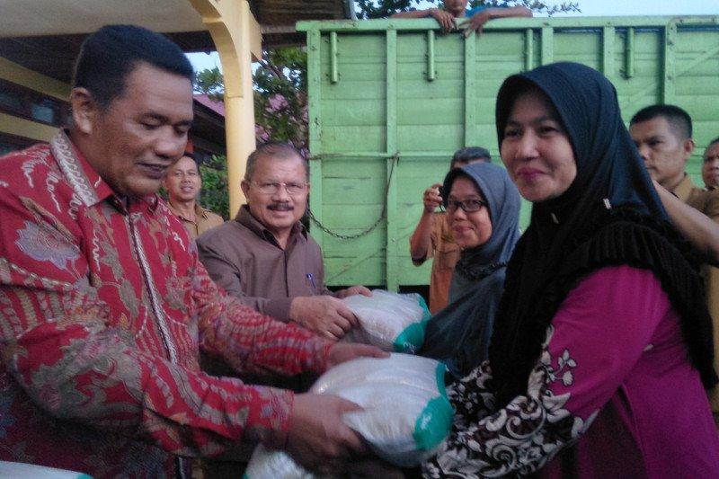 Kurangi beban warga akibat Corona, 16 ribu keluarga miskin Padang Pariaman terima bantuan beras