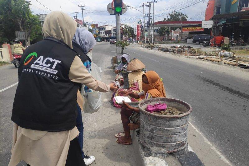 ACT Palu  bagikan 500 paket makanan kepada keluarga pra-sejahtera