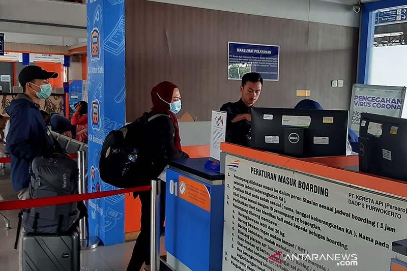 Penumpang kereta api diwajibkan memakai masker termasuk di stasiun