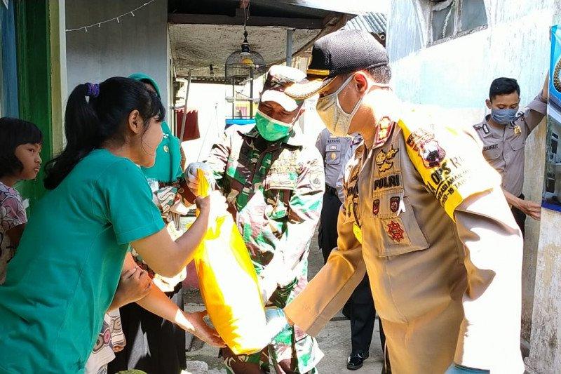 Polres-Kodim Banjarnegara beri sembako bagi warga terdampak COVID-19