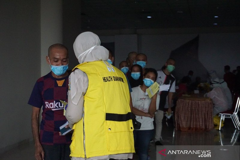 Ratusan TKI dari Malaysia yang pulang ke Sumut langsung dikarantina di dua lokasi