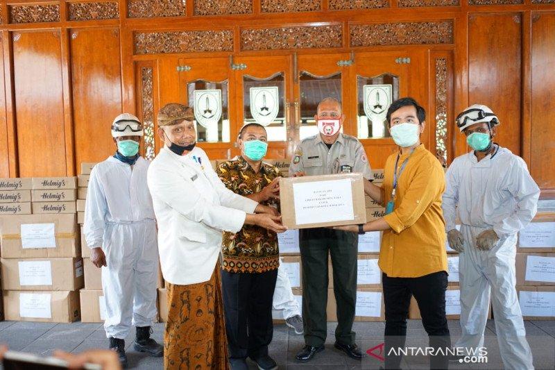Gibran serahkan bantuan alat pelindung diri ke Pemkot Surakarta