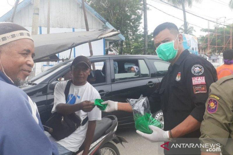 KPU Baubau membagikan masker gratis kepada tukang ojek dan becak
