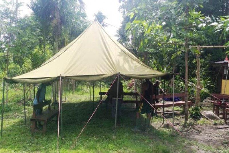 Warga Kampung KIbay dan Satgas TMMD pasang tenda untuk ibadah Kamis Putih