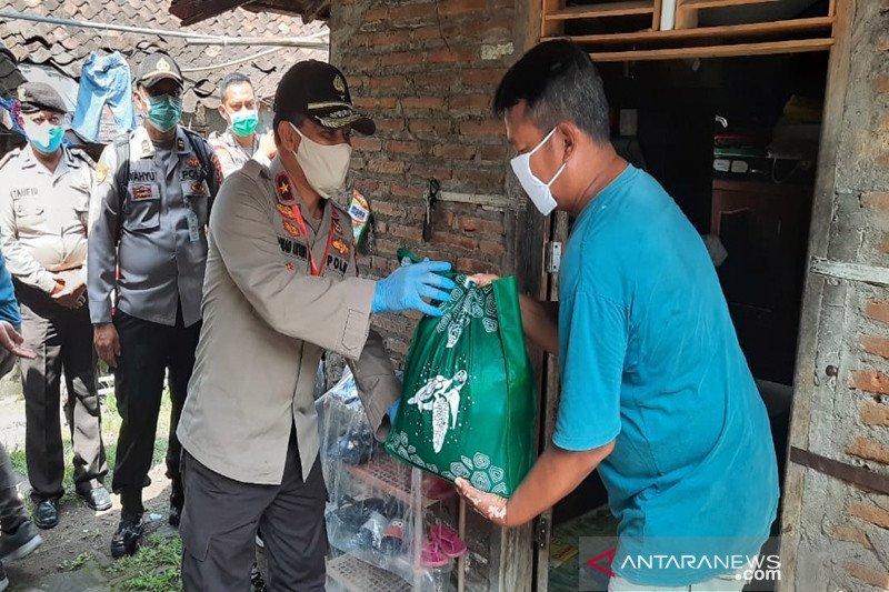 Wakapolda Jateng bagikan sembako ke masyarakat terdampak COVID-19 di Solo
