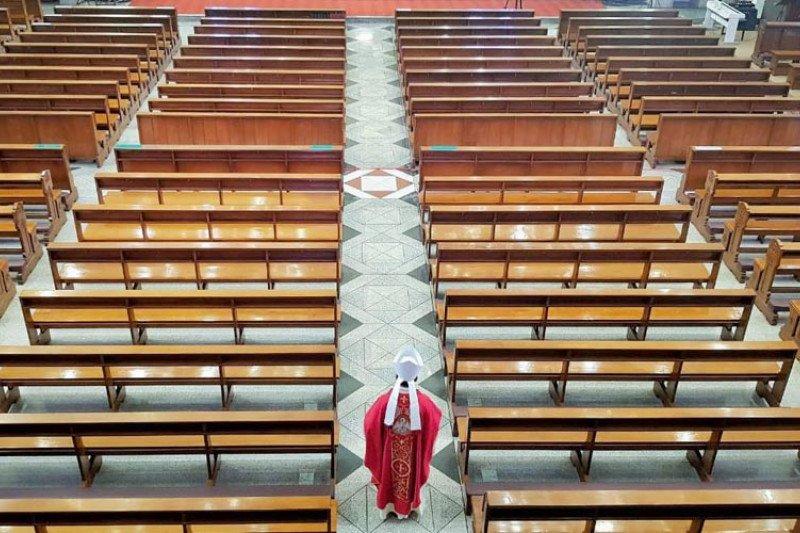Pejuang kesehatan pasien COVID-19 didoakan saat ibadat Jumat Agung