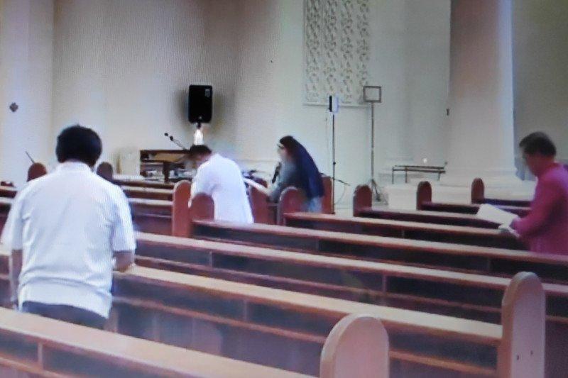 Uskup Manado devosi jalan salib di Gereja Katedral