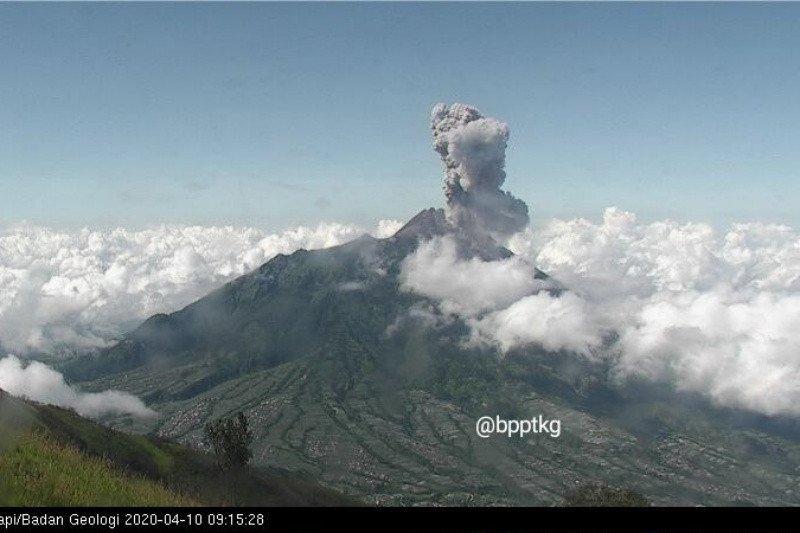 Di tengah pandemi COVID-19, Gunung Merapi pun erupsi 3.000 meter