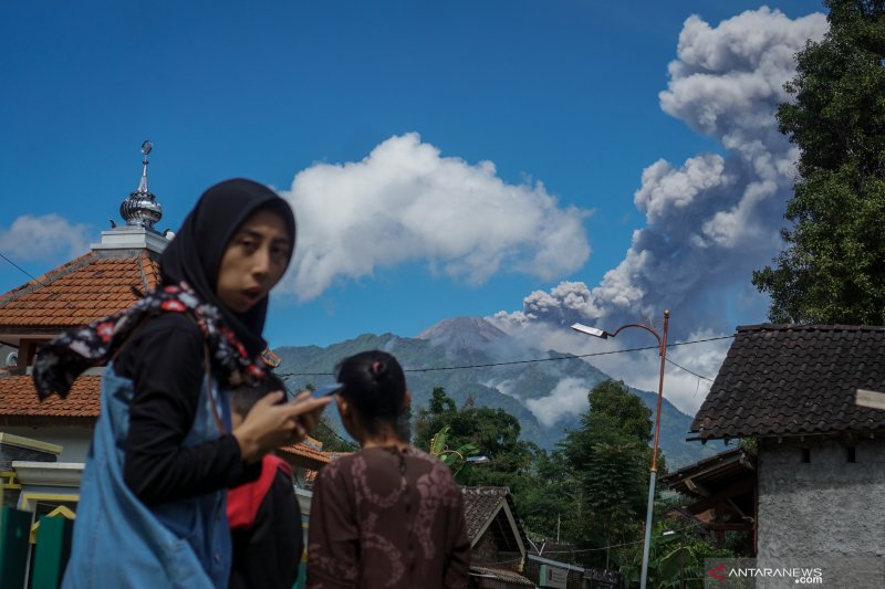 Wilayah Pakis dan Dukun Magelang diguyur hujan abu Merapi