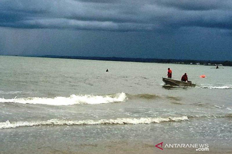 Seorang anak tenggelam terseret ombak saat mandi  di dekat tiang masjid terapung Pantai Puah