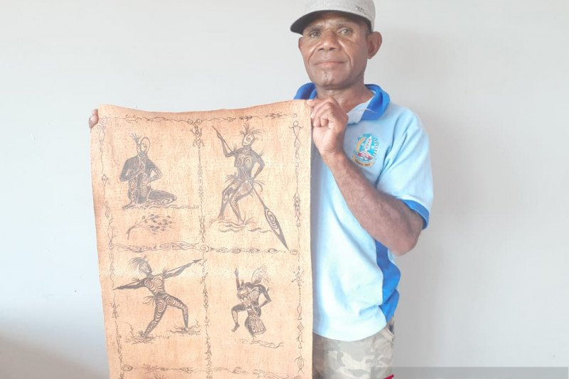 Pelukis kulit kayu di Jayapura tetap buat lukisan di tengah wabah Corona