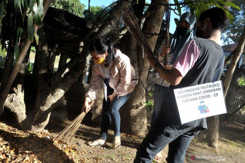 Warga langgar aturan COVID-19 di Desa Adat Jimbaran kena sanksi bersihkan lingkungan tiga hari