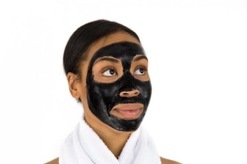 Benarkah kulit bisa bermasalah jika gunakan masker wajah terlalu lama?