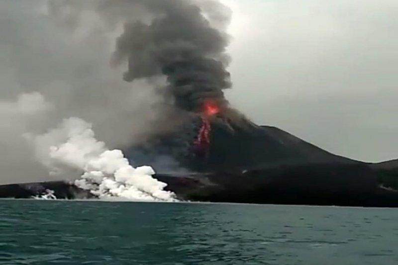 Sabtu sore,  semburan asap Gunung Anak Krakatau mulai menipis