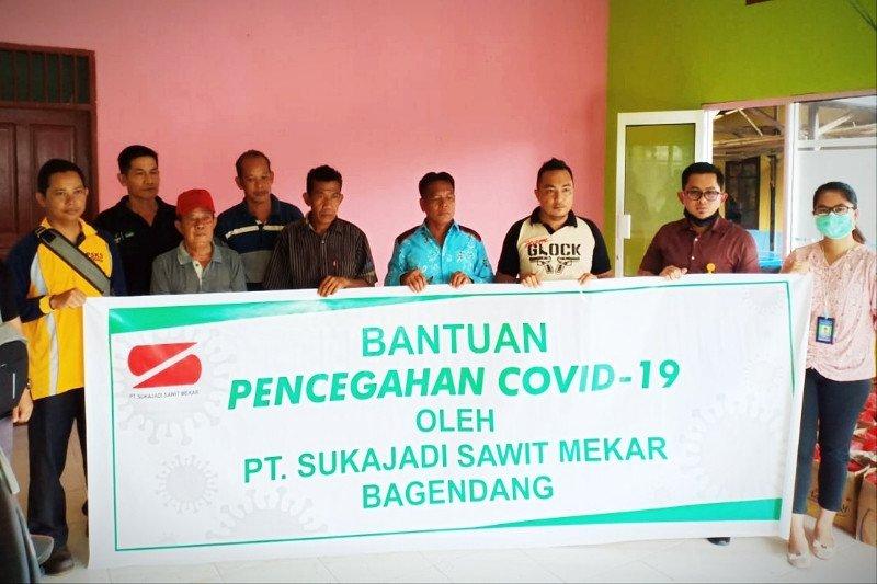 PT Sukajadi Sawit Mekar Bagendang berikan bantuan kepada masyarakat terdampak pandemi COVID-19