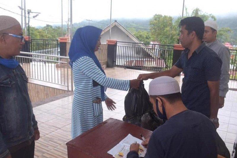 Pengurus Masjid Nurul Furqan Padang Panjang salurkan bantuan bagi warga terdampak COVID-19