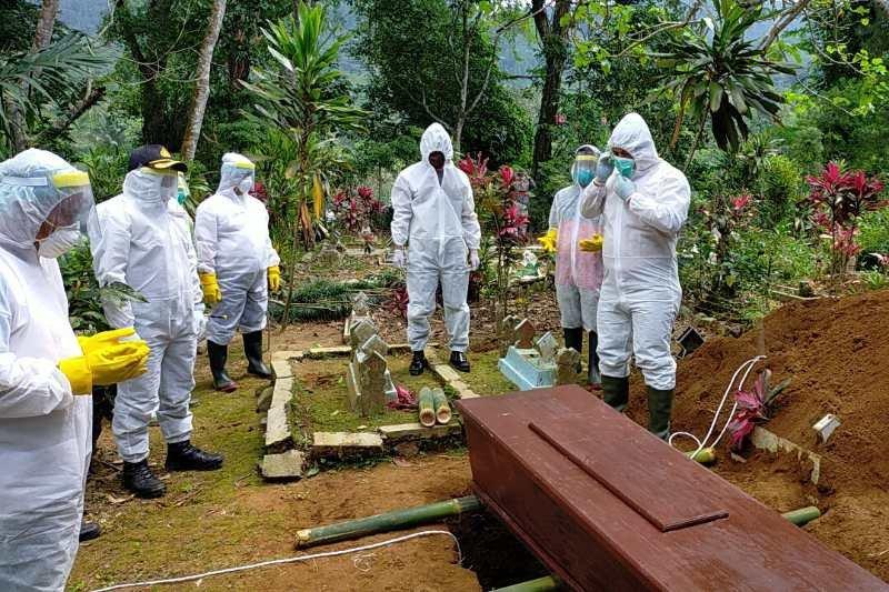 Kapolres Wonosobo ikut makamkan jenazah korban COVID-19
