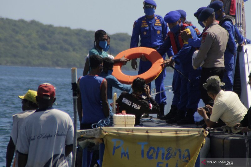 Polda NTT bagikan 100 paket sembako untuk nelayan di perairan Kupang