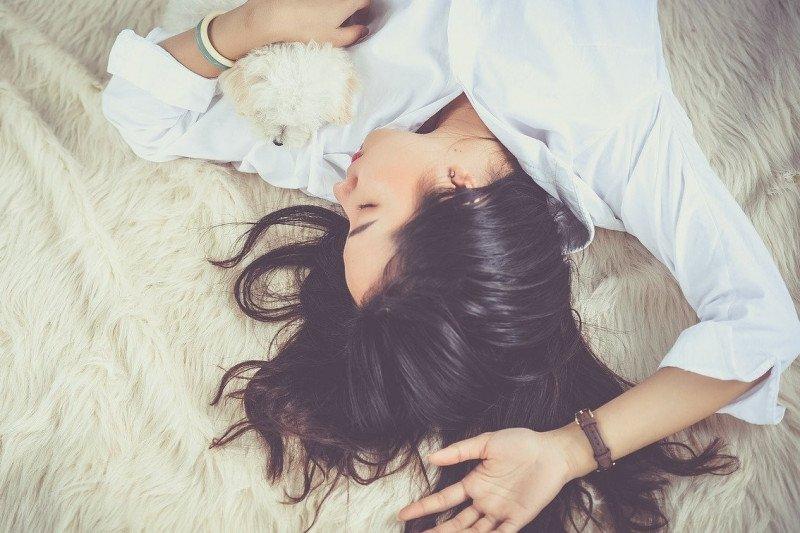 Benarkah tidur dengan rambut basah bisa sebabkan pilek?