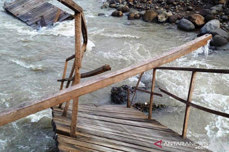 Dibangun enam bulan yang lalu, jembatan sementara sebagai akses utama di Batu Bajarang putus