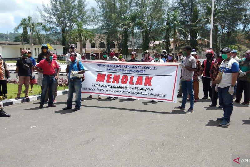 Warga Kota Sorong Papua Barat demo desak wali kota tutup bandara