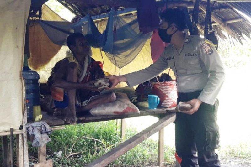 Polres Sarmi bagikan 200 nasi bungkus kepada warga terdampak COVID-19