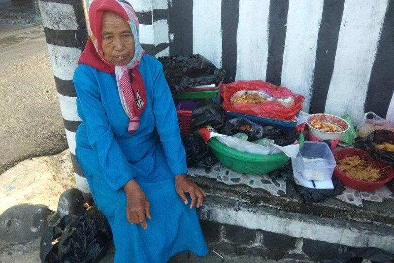 Penjaja kue keliling dulang rezeki ditengah pendemi COVID-19
