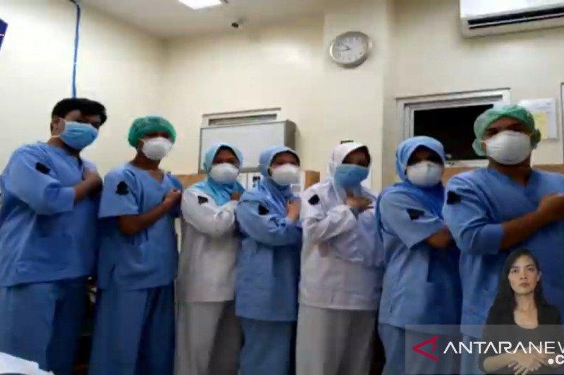 Para perawat gunakan pita hitam bentuk duka cita terhadap rekan sejawat