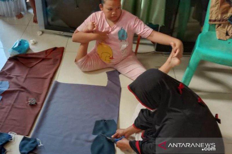 Difabel di Palu buat masker untuk dibagikan ke rumah sakit