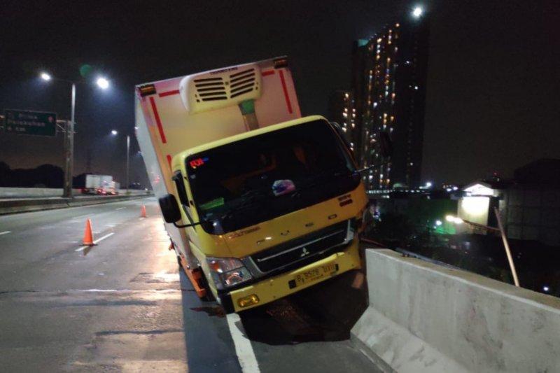 Pengendara motor tewas ditabrak truk kontainer