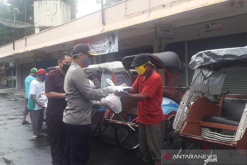 Tukang becak mendapatkan kebutuhan pokok dari Polres Temanggung
