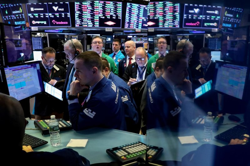 Wall Street anjlok, minyak mentah AS negatif pertama kali dalam sejarah