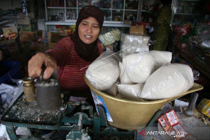 Pembeli mengeluh,  jelang Ramadhan harga gula pasir di Palembang masih tinggi Rp17.000/Kg