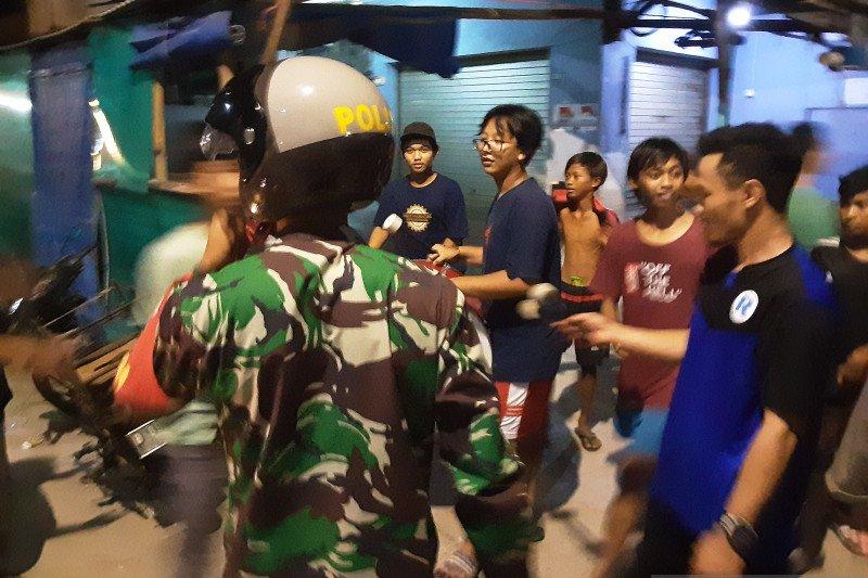 Petugas gabungan membubarkan kerumunan remaja di Muara Angke