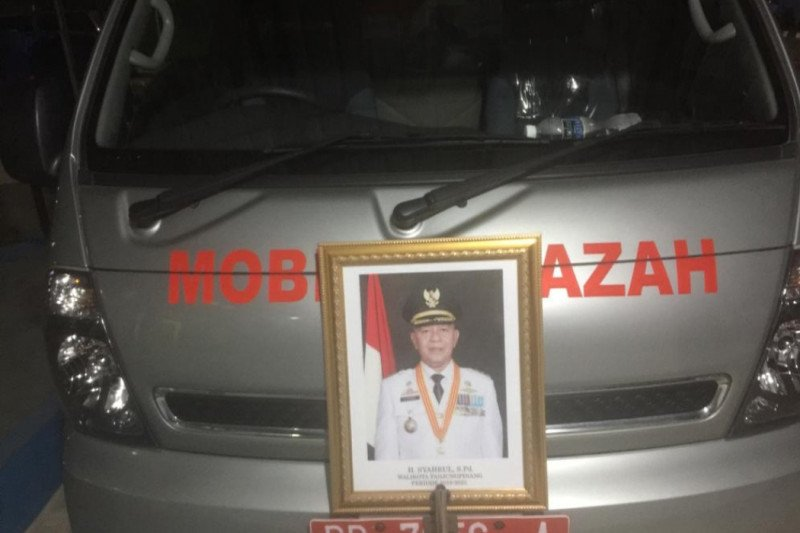Petugas usir warga dari lokasi pemakaman Wali Kota Tanjungpinang