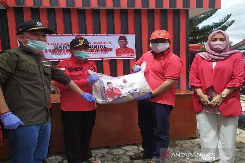 Sabran bersaudara serahkan 1.000 paket sembako ke DPC PDIP Kobar