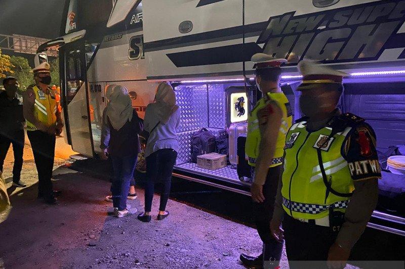 Polisi temukan pemudik bersembunyi di toilet bus
