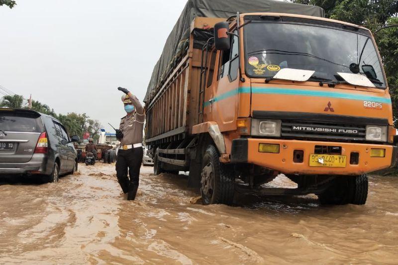 Banjir genangi jalan protokol di Kota Bandarlampung