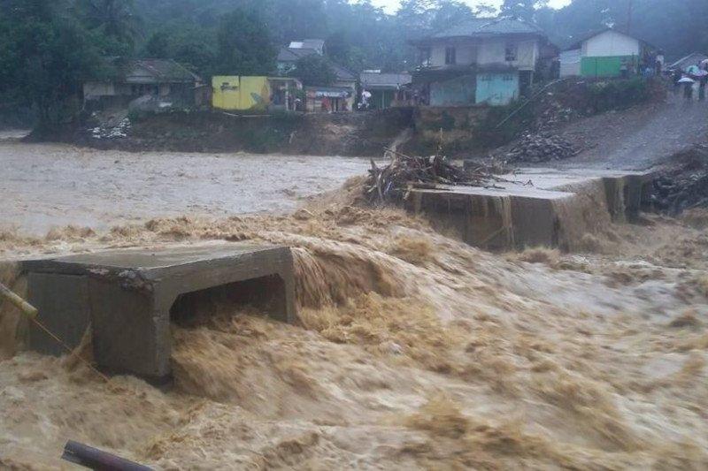 Jembatan ruas jalan Banten-Jawa Barat terputus akibat sungai meluap