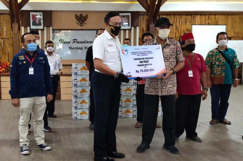 KAI Daop 4 Semarang bagikan sembako untuk warga sekitar stasiun