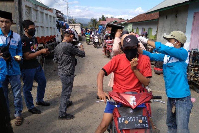 Peringati Hari Buruh, pekerja di PT IMIP bagikan masker pada warga