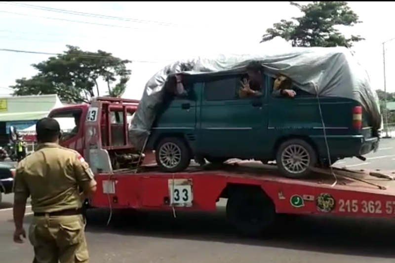 Petugas tangkap basah pemudik diangkut gunakan truk towing