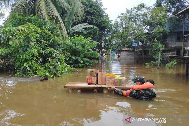 Terobos banjir, Babinsa bantu Pemkab Barito Utara salurkan