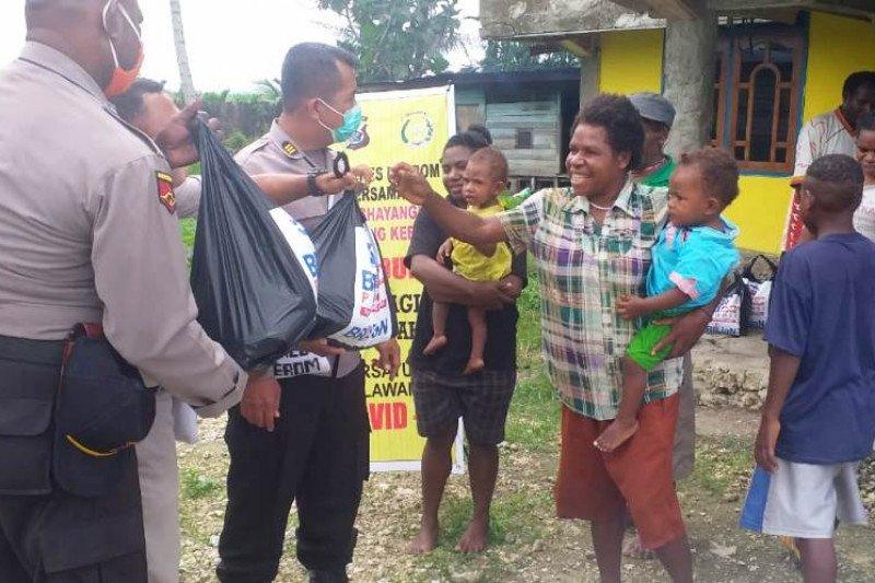 Polres-BRI Keerom bagikan sembako warga terdampak COVID-19