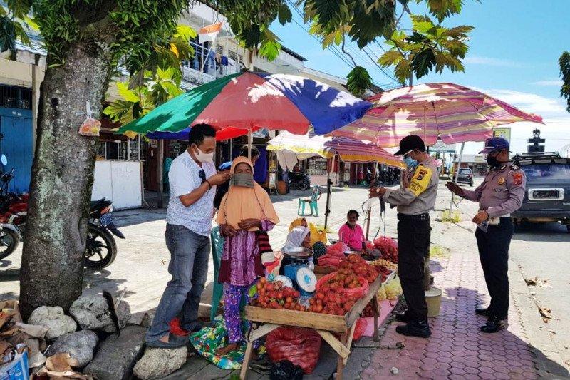 Polsek Nabire Kota bagikan masker gratis warga cegah COVID-19