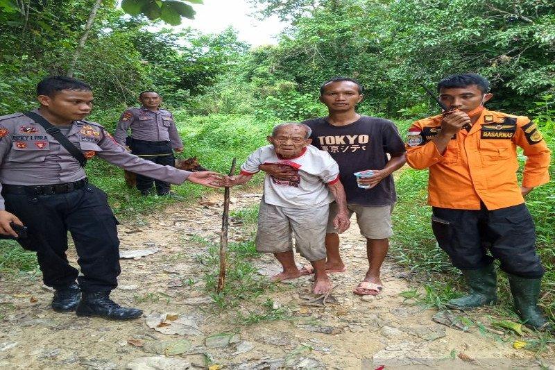Dicari dua hari, tim SAR temukan kakek  berusia 100 tahun yang hilang di hutan
