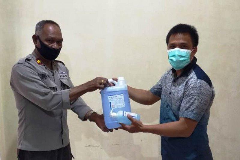 Dinkes Tolikara berikan bantuan masker kepada Satgas COVID-19