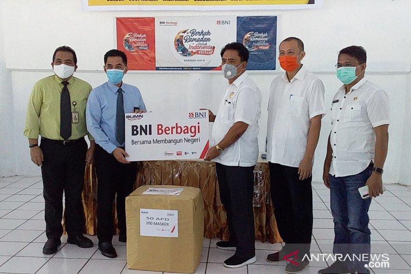 BNI Tahuna salurkan bantuan APD dan paket bahan pangan